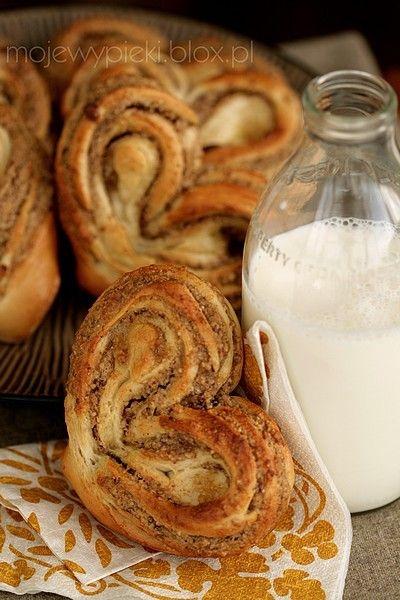 Słodkie drożdżówki - serca z orzechowym nadzieniem translates to english on site walnut brown sugar and cinnamon stuffed heart buns