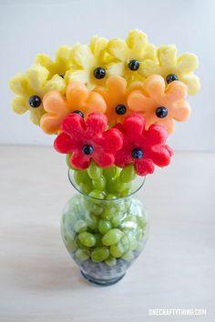 Van twee soorten meloen en ananas maak je een leuk boeketje. De steeltjes kun je afmaken met groene druiven. Dat zal lekker smaken!