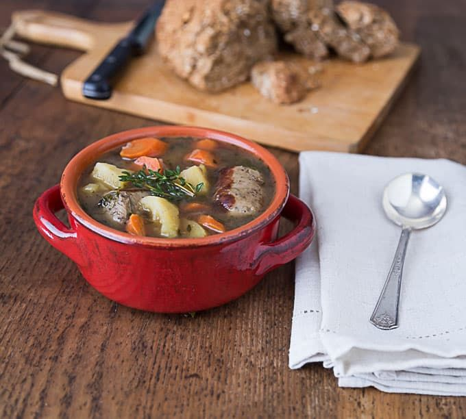 Quick and easy recipe for Dublin Coddle, a typical Irish recipe consisting of sausages, potatoes, broth and herbs. It is simple yet delicious.