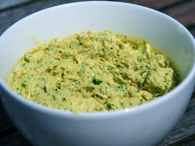 Kip kerrie salade vind ik heerlijk op brood. Daarom maak ik dit kip kerrie salade recept geregeld. Zeker wanneer ik een stukje gekookte kip over heb. Ik weet zeker dat je de kip kerrie salade zelf gaat maken en niet meer in de supermarkt of bij de slager koopt als je hem geproefd hebt. Hij is lekkerder en natuurlijk veel goedkoper.