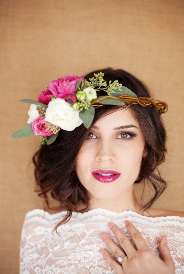 romantische hochzeit-looks mit Blumen-lässig gestecktes Haar
