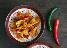 Triángulos de tofu salteado con piña y jengibre. Receta vegetariana
