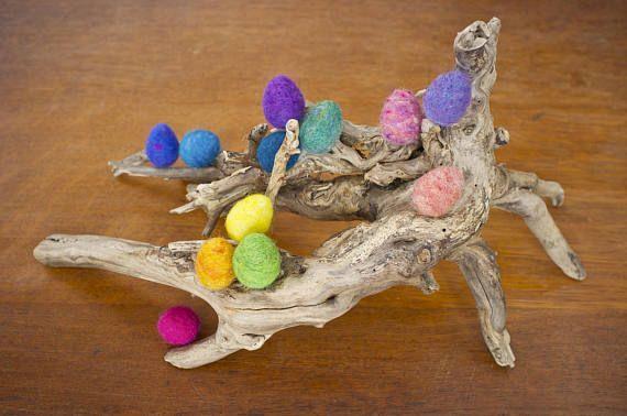 Een dozijn kwartel en middelgrote naald vilten regenboog paaseieren in plum purple, lavendel, blauwe maagdenpalm, robins blauw, donker blauwgroen, heathered blauw-groen, ei lente grasgroen, Narcis geel, peach, licht oranje, heathered roze en lila.  Ik voelde deze eieren van 100% wol, een kern van gerecycleerd wol toe te voegen aan elk ei om milieugevolgen te beperken. Ik vorm zorgvuldig elk ei, vilten hen om enkel de juiste stevigheid. Met zorg, moeten deze eieren duren voor vele jaren…