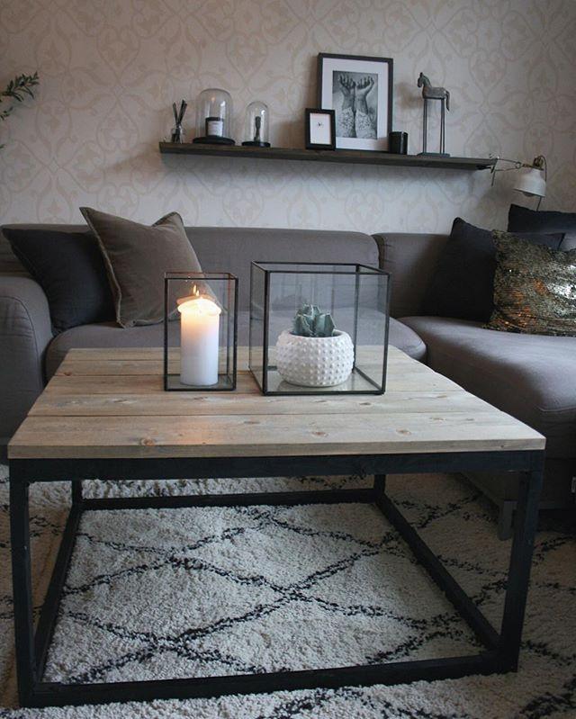 Briskeby håndlaget stuebord. Lengde: 90 cm Bredde: 90 cm Høyde: 45 cm Kan lages etter egendefinerte mål. Bordet leveres med drivved-finish, og bordplaten er lakkert med matt lakk for å forhindre merker. Kan også levere andre mål. Bestillingstid ca. 2-7 dager. Pris 3200,- Kontakt: 95809066, eller DM her på Instagram #stuebord #hjemmelaget #bord #håndlaget #interiør #interior #homemade #wood