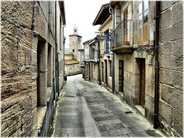 Una ruta para hacer en coche por pueblos medievales de Galicia, es por ejemplo, una buena idea para una escapada de fin de semana. En particular, nos basamos en ésta selección de 7 pueblos gallegos congelados en el tiempo (en el link pueden ver una selección de imágenes de cada pueblo) para diagramar ésta ruta que …