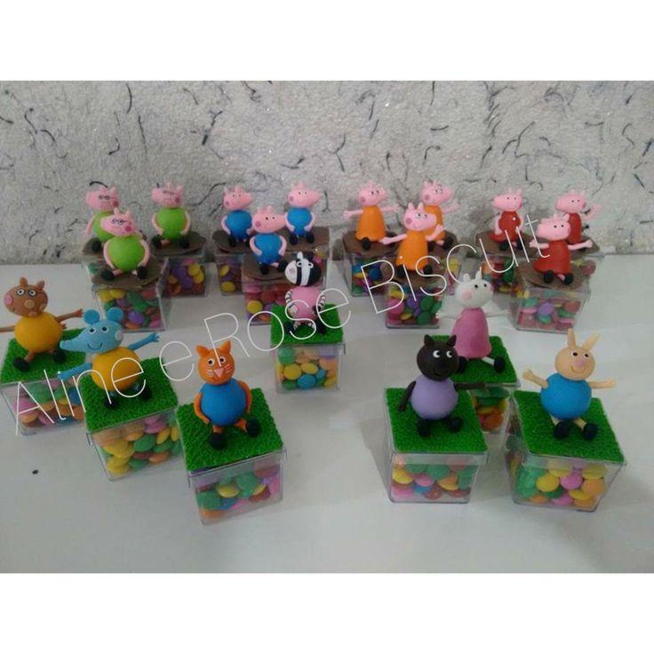 Peppa Pig. Caixinhas de acrílico decoradas com os personagens dá Peppa Pig em biscuit. Lembrancinhas do tema Peppa Pig.