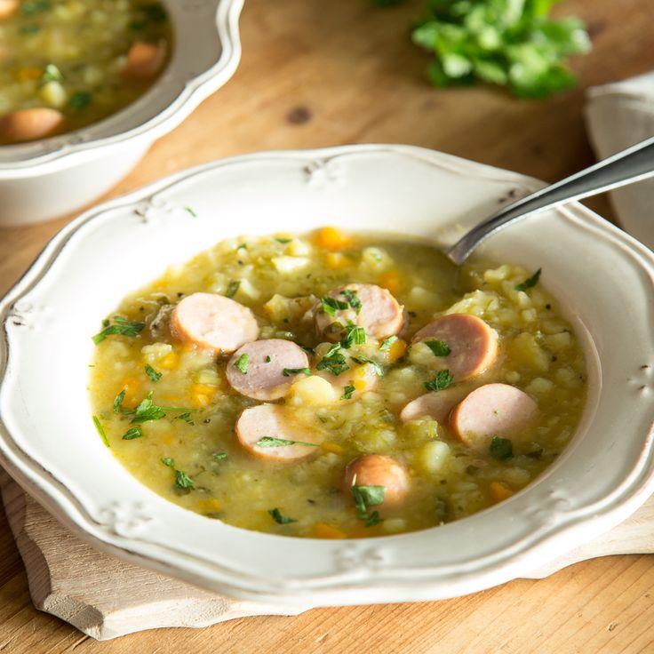 Omas Kartoffelsuppe mitKarotten, Sellerie, sämigen Kartoffelstücken und deftiger Bockwurst wärmt von innen - perfekt zum Mittag an verregneten Wochenden.