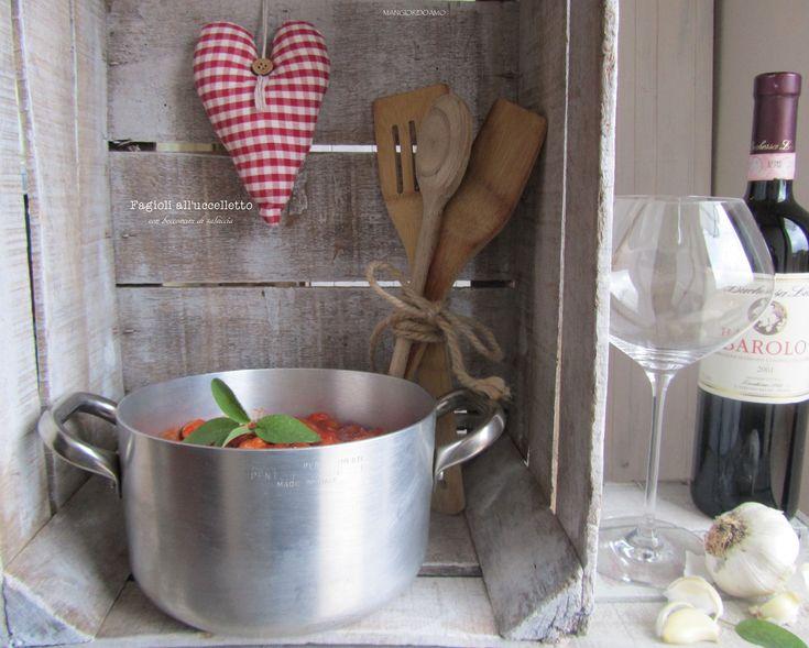 Oggi prepariamo insieme un'altra ricetta tipica della tradizione toscana:i Fagioli all'uccelletto con bocconcini di salsiccia. I fagioli all'uccelletto sono uno dei contorni italiani più conosciuti nel mondo a base di fagioli profumati con salvia e aglio e proprio per l'utilizzo di questi aromi che la ricetta prende il nome di fagioli all'uccelletto,poichè salvia ed aglio …
