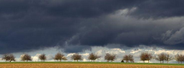 Dunkle Wolkendecke bei Calden (Archiv): Stürmisches Wetter in Deutschland