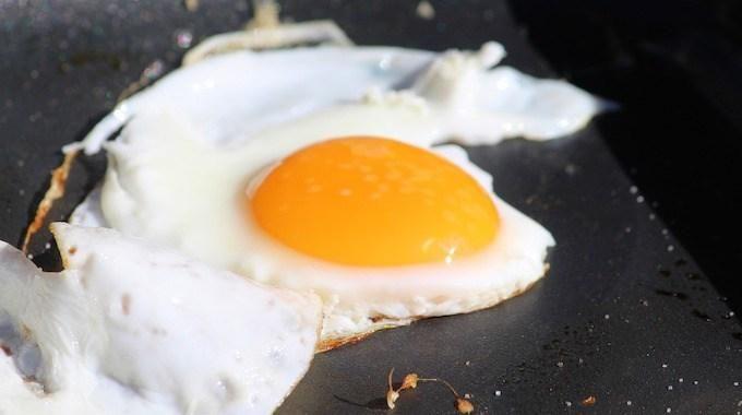 7 Raisons Pour Lesquelles Vous Devriez Manger des Œufs au P'tit Déj.