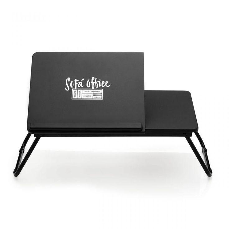 Uma bandeja para você apoiar o seu laptop e ainda garantir um lanchinho junto.A parte onde você apoia o laptop possui um regulador de altura de 6 níveis.A bandeja é ideal para quem adora trabalhar ou assistir séries no sofá ou na cama.Pode ser também para ganhar um café da manhã na cama.É muito prática e com pés dobráveis, então, se não quiser abrir os pés da bandeja, é só usar ela fechada apoiada no colo.Largura total: 53cm. Largura área laptop: 36cmAltura fechado: 5cm. Altura aberto…