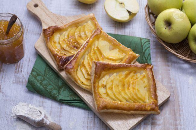 Le sfogliatine alle mele sono delle piccole e graziose delizie da assaporare a colazione o a merenda, preparate con pasta sfoglia e fettine di mela.