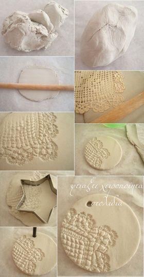 作り方は、とても簡単! 1・粘土をこねて麺棒で平に伸ばす 2・布や木で質感をうつす 3・レースやスタンプで模様をつける 4・型を抜く 5・乾かす