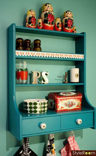 Pimpad hylla. Washitejp, knoppar & turkos färg, fylle med fina prylar.
