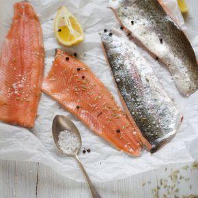 Auf der Haut anbraten, würzen, wenden. Hitze reduzieren ... - hört sich nach ziemlich viel Arbeit an. Nicht, wenn du deinen Lachs im Ofen zubereitest.