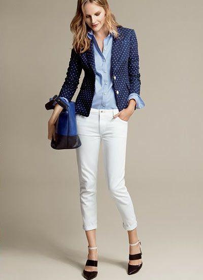 ドット柄ネイビージャケット×白パンツのコーデ(レディース)海外スナップ | MILANDA