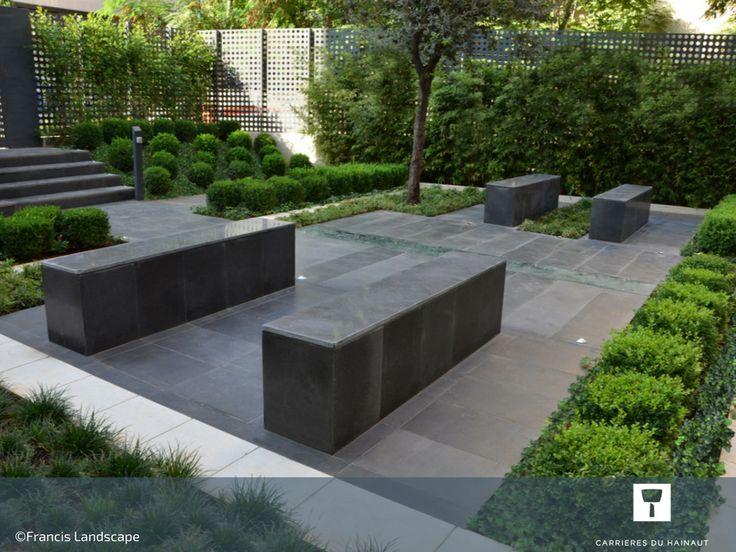 Quelques bancs en pierre bleue pour aménager l'espace extérieur du bureau. Ils apportent quiétude et zénitude à l'endroit. #Jardin #Banc #mobilier #Design #PierreBleue #PierreBleueDuHainaut #CarrièresDuHainaut