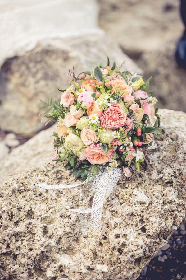Traditionell ist der Brautstrauß durch den Bräutigam zu besorgen. Doch welche Braut überlässt diese Entscheidung ganz und gar dem Bräutigam? :-) So unterschiedlich die Brautpaare sind, so unterschiedlich sind auch die Brautsträuße. Ob schlicht und modern oder klassisch. Oft ergänzt der…