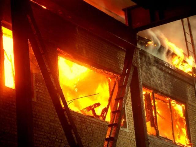 Стадии пожара в помещении.  Конечно же, пожар, обычно возникает внезапно. И вовремя его обнаружить — не просто большая удача, но и, зачастую, способ остаться в живых и вовремя затушить. Однако чаще всего пожар обнаруживается уже на стадии задымления, когда остается только максимально быстро эвакуироваться и надеяться на скорый приезд пожарной службы. Источник : http://www.saga.ru/blog/stadii-pozhara-v-pomeshchenii