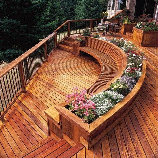 Deck em dois níveis, com jardineira e banco em forma semicircular.
