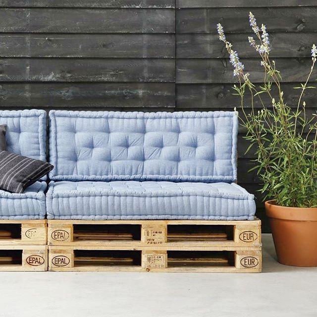 Vandaag in de blog: maak je eigen tuinbank van oude pallets met waanzinnige matras kussens. Link in bio. Foto: karwei #interieurblog #tuintips #tuinidee #palletbank #matraskussens #karwei #tuinblog