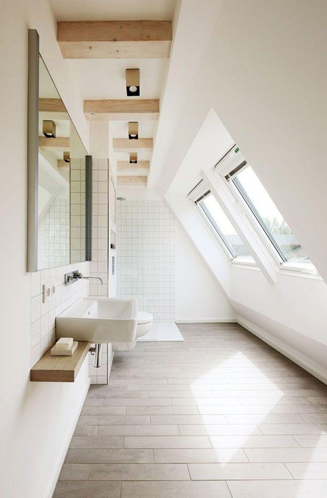 Une salle de bains sous les toits entre blanc et bois très lumineuse