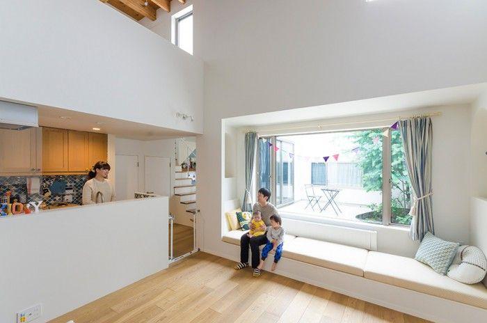 吹き抜け空間では、中庭に対して視線が抜けて横方向にも開放感を感じられる。中庭に面してつくられたベンチソファは腰かけるだけでなく、ごろりと横になれる広さがゆったりめに取られている。