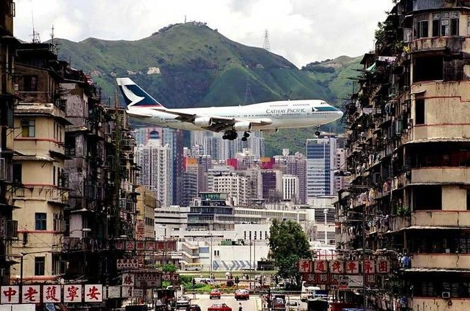 Les aéroports les plus extrêmes du monde - Edition du soir Ouest France - 05/08/2016 HONG KONG. L'aéroport Kai Tak de Hong Kong