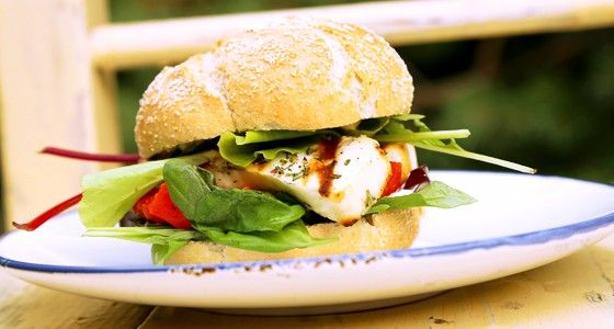 Vegetariánský burger jinak. Slaný řecký sýr Halloumi ke grilování musíte vyzkoušet. Vařte s Rohlik.cz, suroviny vám přivezeme už do 90 minut až ke dveřím.