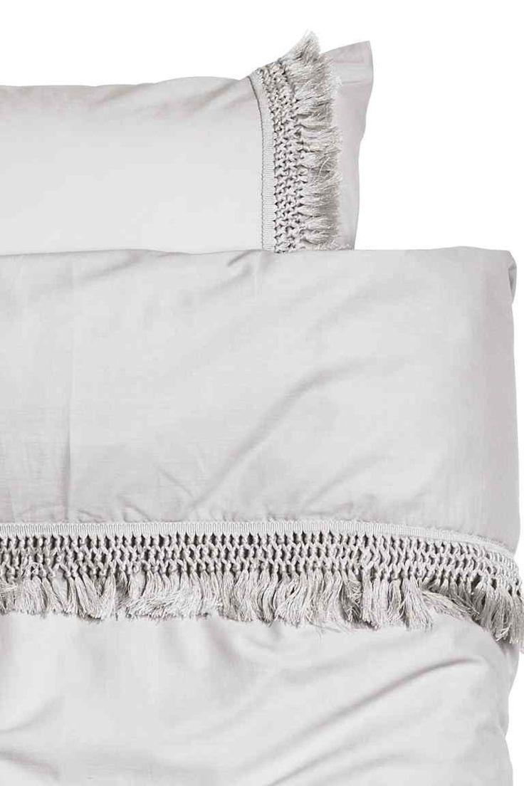 Dekbedset met franjes: Een katoenen tweepersoonsdekbedset met decoratieve franjes (30/30-garen, draaddichtheid 144). Het dekbedovertrek heeft blinde metalen drukknopen onderaan. Twee kussenslopen.