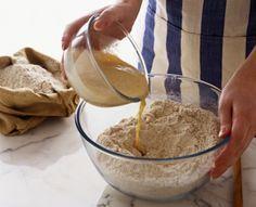 Pasta lievito madre - la pasta madre o lievito madre esiste in due versioni: solida e liquida. Quest'ultima viene chiamata licoli. vediamo come si prepara.