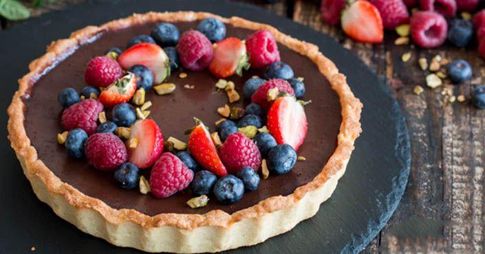 Recept na pravý francúzsky Tarte au Chocolat - vynikajúci čokoládový tart s maslovým cestom poteší chuťové bunky bohatou chuťou čokolády a krehkým maslovým cestom. Čaká na vás lahodný čokoládový krém a na vrchu čerstvé ovocie. Postup