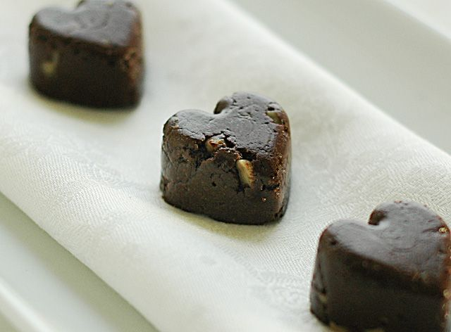 Raw Cacao Walnut Fudge    by Susan on February 4, 2010    Fudge. Easy, decadent, satisfying, raw? You bet. Traditional fudge is made from lots of sugar (the recipe I had called for 2 and 1/2 cups!), butter, evaporated milk, and usually semi sweet chocolate, which is loaded with more sugar and fat. This raw food recipe is quick and only contains almonds, cacao powder and a little agave.