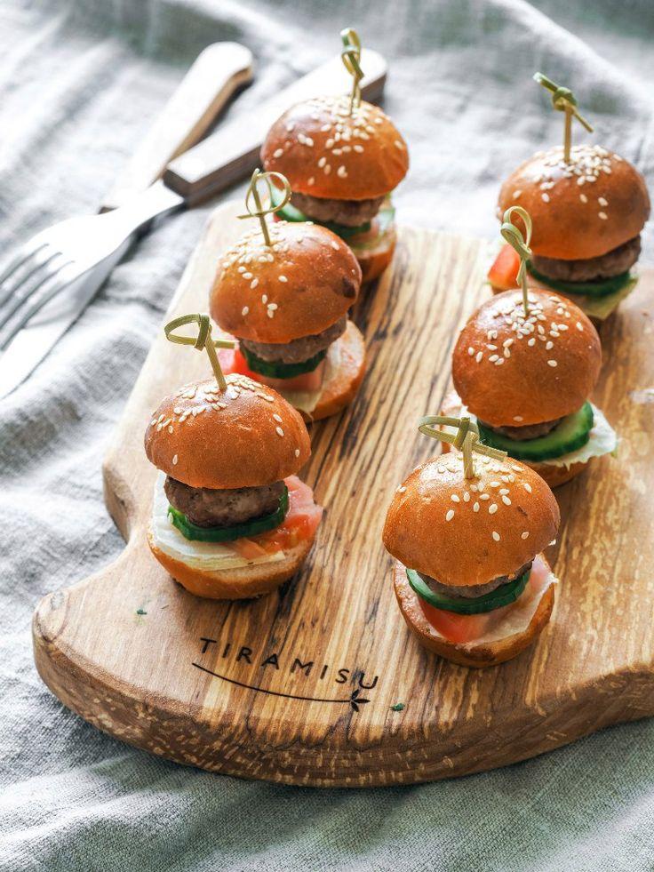 Просто, удобно и элегантно - маленькие, аппетитные Мини-бургеры. Simple, comfortable and elegant - a small, delicious mini-burgers.
