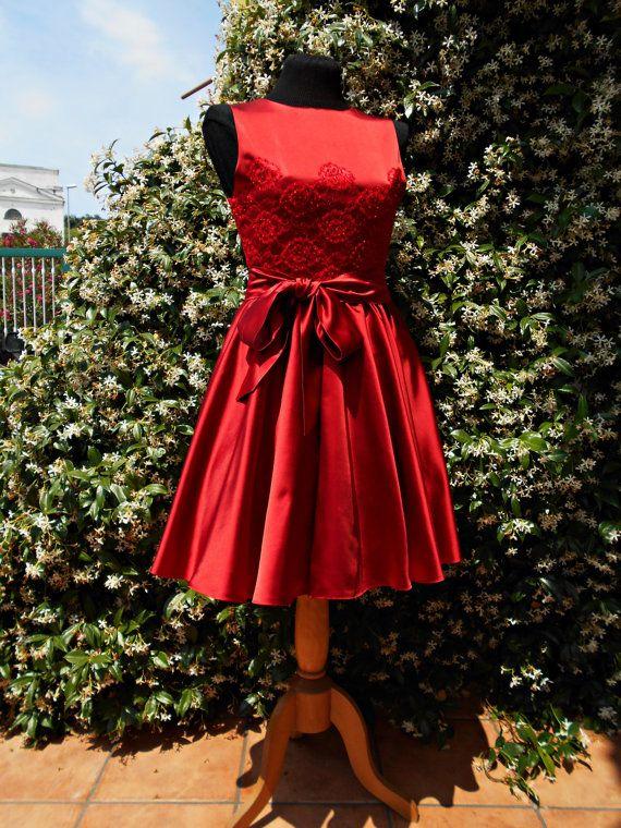 Abito corto da cerimonia in duchesse di seta rossa con applicazioni di pizzo, cocktail dress