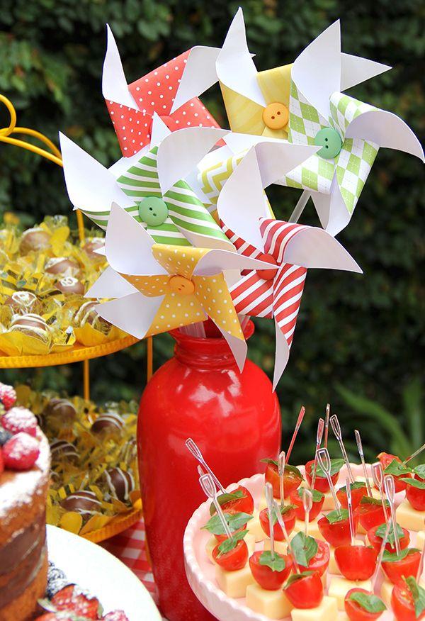 Fabiana Moura criou uma linda decoração para o pic nic florido da Isabela. A pequena ainda ganhou docinhos personalizados da Sweet Carolina
