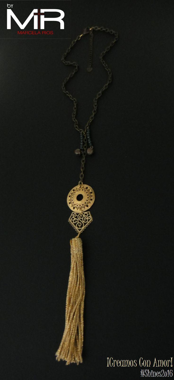 Línea: Shines2o16 Ref: VOO9 Cop:$28.ooo Descripción: Collar tipo gargantilla, hecho con cadena color bronce, 2 dijes campanita, adornada con una linda brooms color dorado.  ¡Te encantará!  *Sujeto a disponibilidad.
