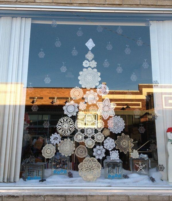 Новогодний декор окна - ёлка из снежинок