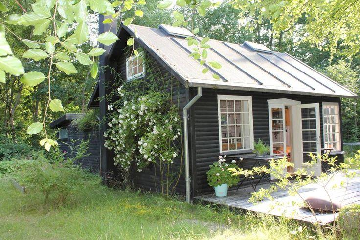 i Ega, Danmark. Idyllisk sommerhus beliggende på vandsiden ved Skæring Strand. Huset er på 27 m2 med ét åbent rum samt et anneks på 12 m2 med badeværelse og soveværelse.  Ideelt til den romantiske ferie eller den lille familie.  Idyllisk sommerhus beliggende på v...