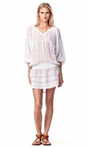 Keppel Dress. Feminin hvid kjole fra Hunkydory. Modellen har langt ærme, rund udskæring med bindebånd. Elastik i talje/hofte og prydet med lækre blonder. Materialet er 100% bomuld, og den et let gennemsigtig.