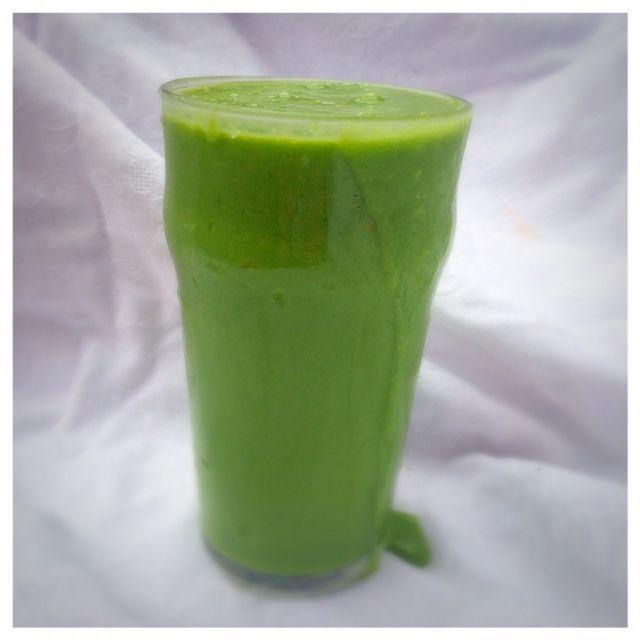En riktigt god och mättande grön smoothie som jag åt som mellanmål på förmiddagen idag. Jag genomför en 10-dagars detox med Rabarber Healthy Livingoch gröna smoothies gör verkligen jobbet. De mätt…