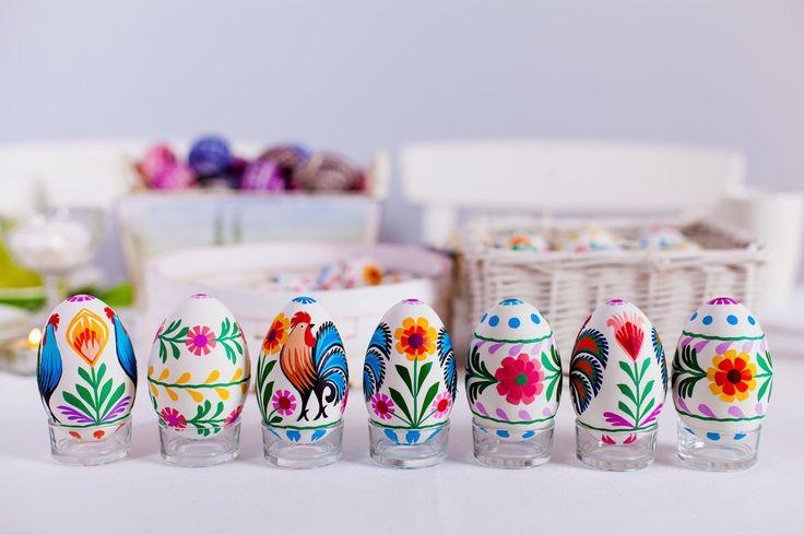 Wielkanoc, pisanki łowiecke, dekoracje wielkanocne, wydmuszki, malowane jajka, folklorystyczne dekoracje. Zobacz więcej na: https://www.homify.pl/katalogi-inspiracji/21991/wielkanocne-gadzety-6-propozycji