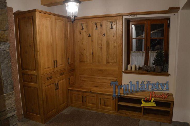 Botník s šatní stěnou a skříní, dubový masiv v kombinaci s dýhovanou dřevotřískou, nátěr olejem.