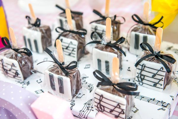 A Lorena ganhou uma festinha alegre e muito criativa com o tema música! A decoração, assinada por Fabiana Moura, teve divertidos instrumentos musicais e mu                                                                                                                                                                                 Mais