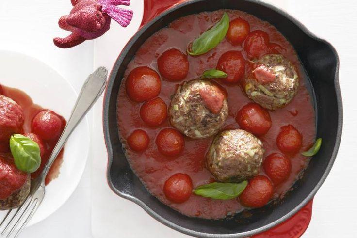Gehaktballetjes met vanbinnen een verrassing. Gestoofd in tomaten-basilicumsaus - Recept - Kerstballetjes met gesmolten kaas - Allerhande