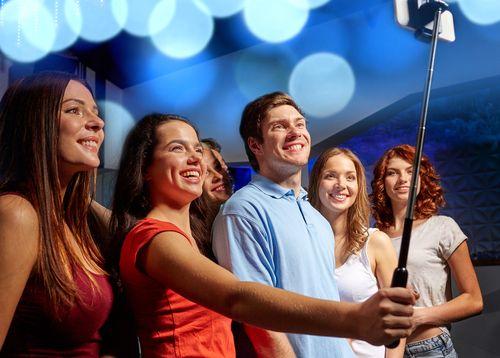 Walt Disney interzice stick-urile pentru a face selfie-uri în toate parcurile sale