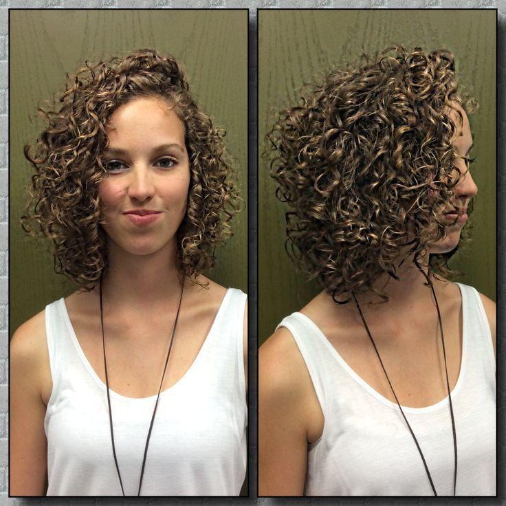 Naturalmente lindos, os cabelos curtos cacheados quando bem cuidados e com o corte certo são capazes de deixar uma mulher com um visual estonteante. Hoje m