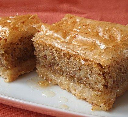 Υπέροχο σιροπιαστό γλυκό, με 3 διαφορετικές στρώσεις με αμύγδαλα και τραγανό φύλλο.            Υλικά συνταγής για την βάση:  Αλεύρι: 340 γρ.   Βούτυρο: 220 γρ. και λίγο επιπλέον για το ταψί   Κορν φλάουρ: 6 κουταλιές σούπας   Μπέικιν πάουντερ: 1