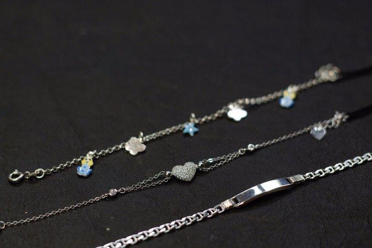 Bracciale da bimbo con cagnolini azzurri e charms smaltati.  Bracciale in argento con cuore di zirconi.  Bracciale in argento con targhetta piccola.