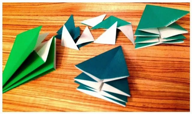 Hicimos las gemelas y yo unos arboles de Navidad de Origami. Quedaron fenomenal y son muy fáciles de hacer. Necesitas papel de Origami o papel fino y cuadrado. Me gustan también mucho para decorar la mesa en Navidades o se pueden colgar en el árbol. Abajo ves las instrucciones. 0041510 You may also be interested …